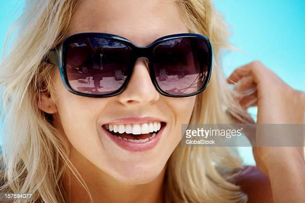 Nahaufnahme eines lächelnden Jungen blonden Frau in Sonnenbrille