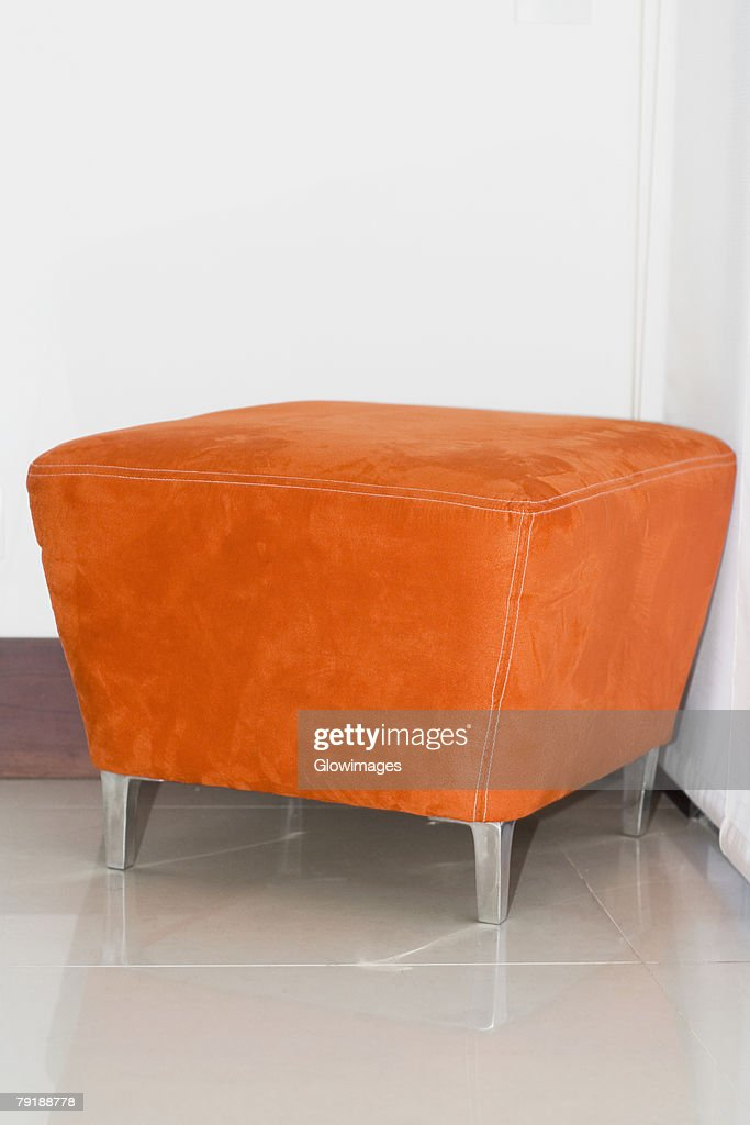 Close-up of a stool in a corner : Foto de stock