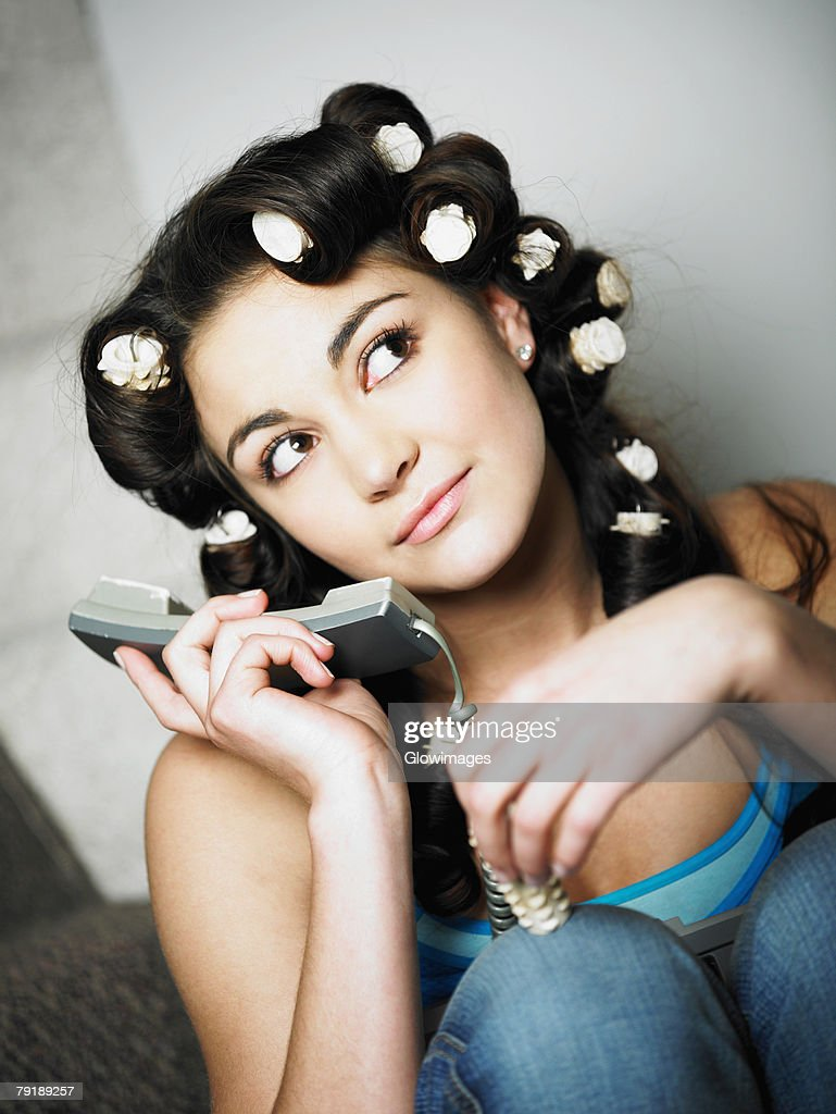 Close-up of a teenage girl holding a telephone : Foto de stock