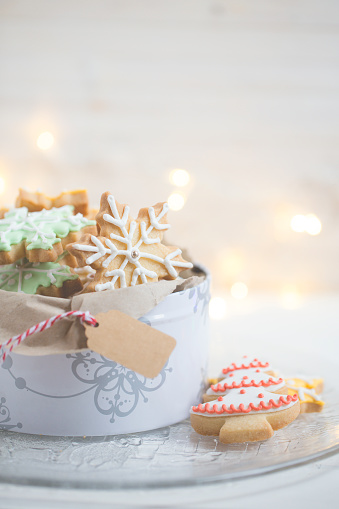 Close-up of a tin of Christmas cookies - gettyimageskorea