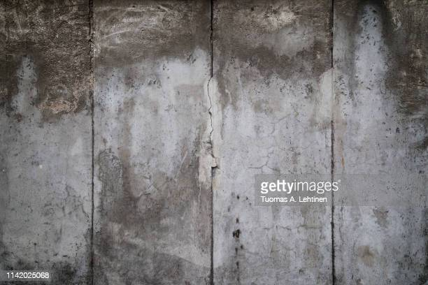 closeup of a weathered concrete wall - berliner mauer stock-fotos und bilder