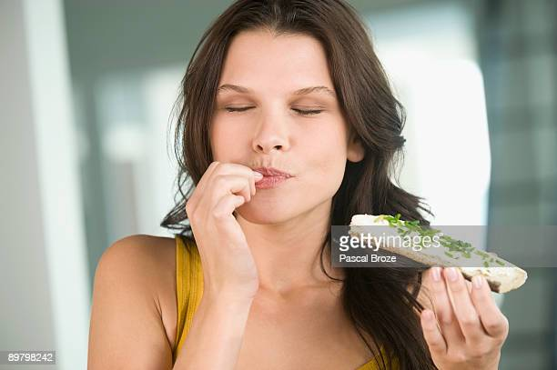 close-up of a woman eating a bread - plaisir photos et images de collection