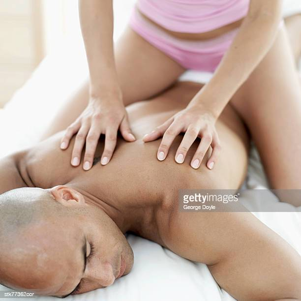 close-up of a woman's hands massaging a man's back - massage tantrique photos et images de collection