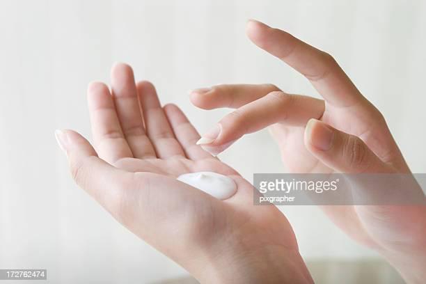 Frau mit lotion mit der hand, Nahaufnahme