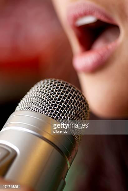 Frau singen karaoke