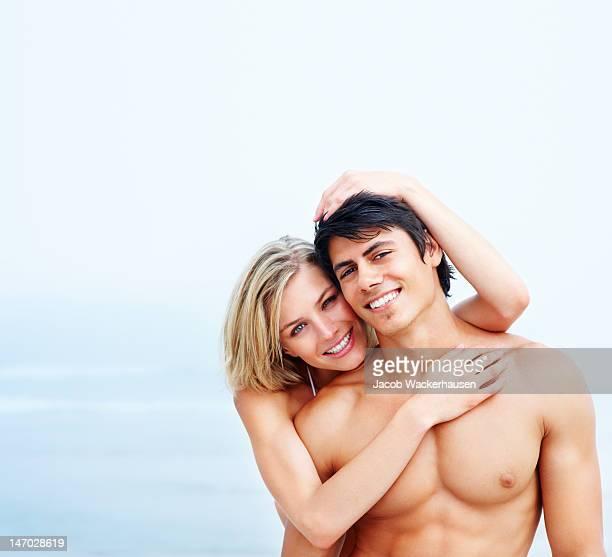 Nahaufnahme eines jungen Paares, die auf den Strand