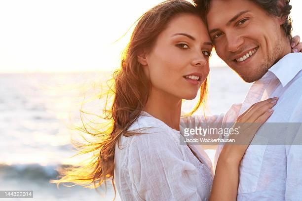 Gros plan d'un jeune couple amoureux sur la plage