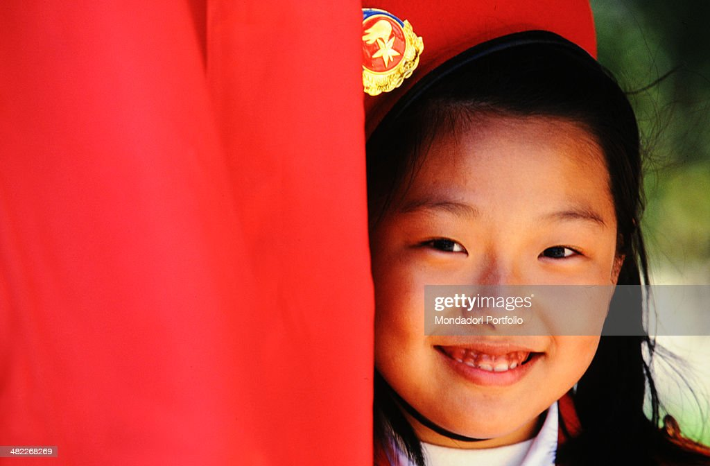Close-up of a Chinese young girl wearing a red beret : Nieuwsfoto's