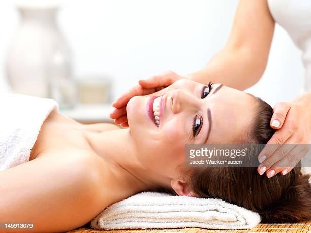 Primer plano de una mujer joven recibir masaje