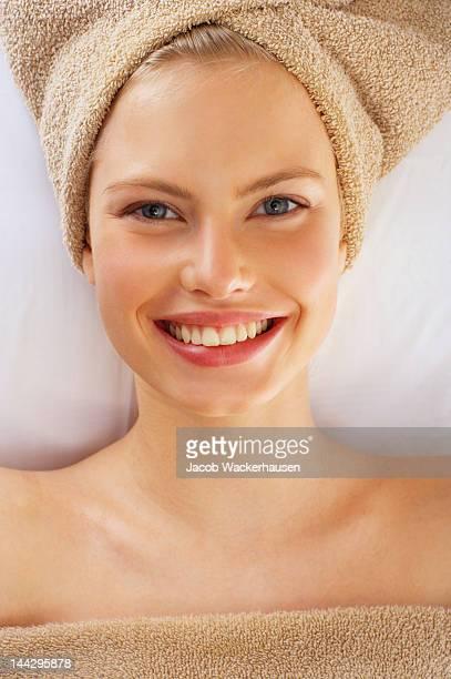 Gros plan d'une jeune femme s'un soin de spa