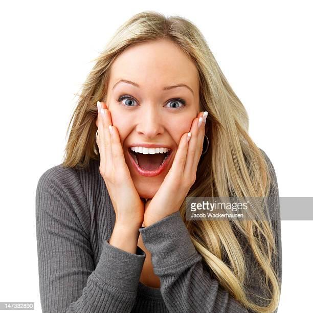 Nahaufnahme einer jungen Frau, die aufgeregt auf weißem Hintergrund