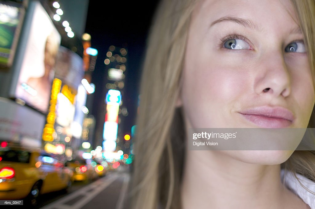 Close-up of a young woman looking up : Foto de stock
