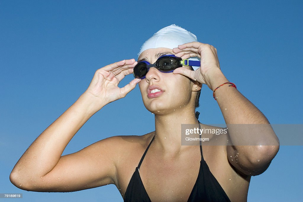 Close-up of a young woman wearing swimming goggles : Foto de stock