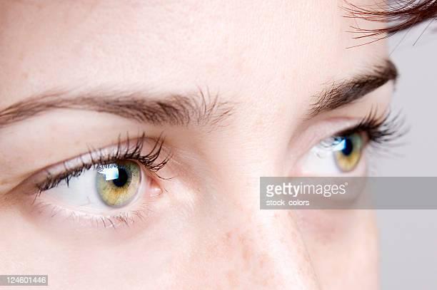 Nahaufnahme von einer jungen Frau mit blauen Augen