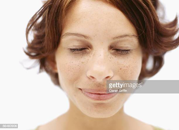 close-up of a young woman with her eyes closed - nariz humano imagens e fotografias de stock