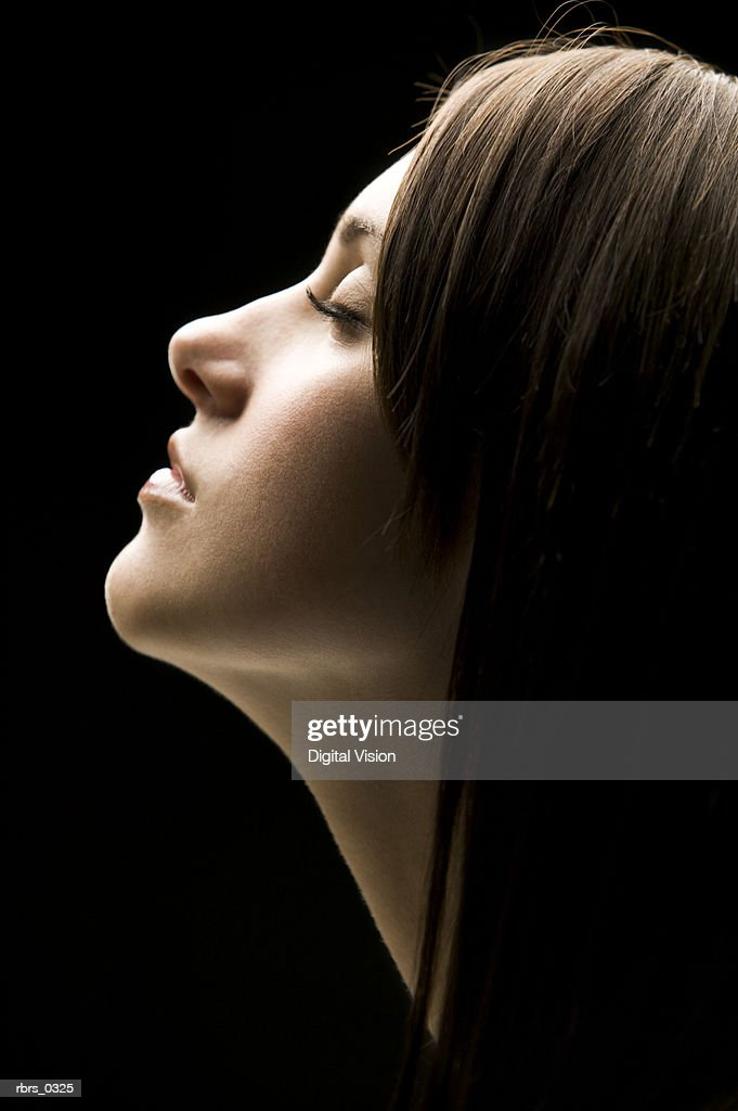 Close-up of a young woman with her eyes closed : Foto de stock