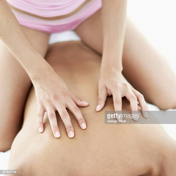 close-up of a young woman's hands massaging a young man's back - massage tantrique photos et images de collection