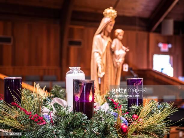 close-up of advent candles and wreath - katholizismus stock-fotos und bilder