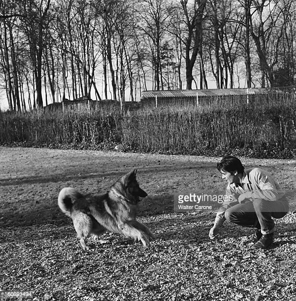 Closeup Of Alain Delon A Sunday In The Country Un dimanche avec Alain DELON dans sa maison de campagne attitude souriante de l'acteur accroupi jouant...