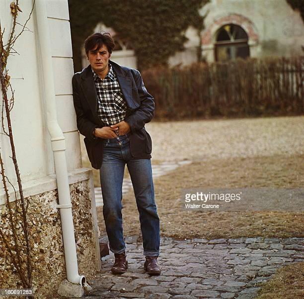 Closeup Of Alain Delon Attitude d'Alain DELON en veste de cuir noir appuyé contre un mur de sa maison de campagne