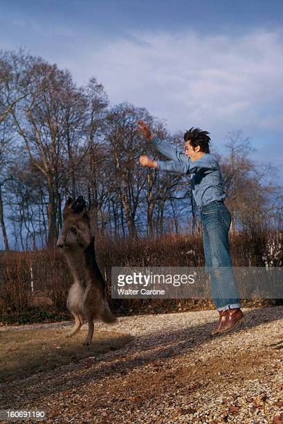 Closeup Of Alain Delon Attitude d'Alain DELON sautant en l'air avec son chien berger allemand