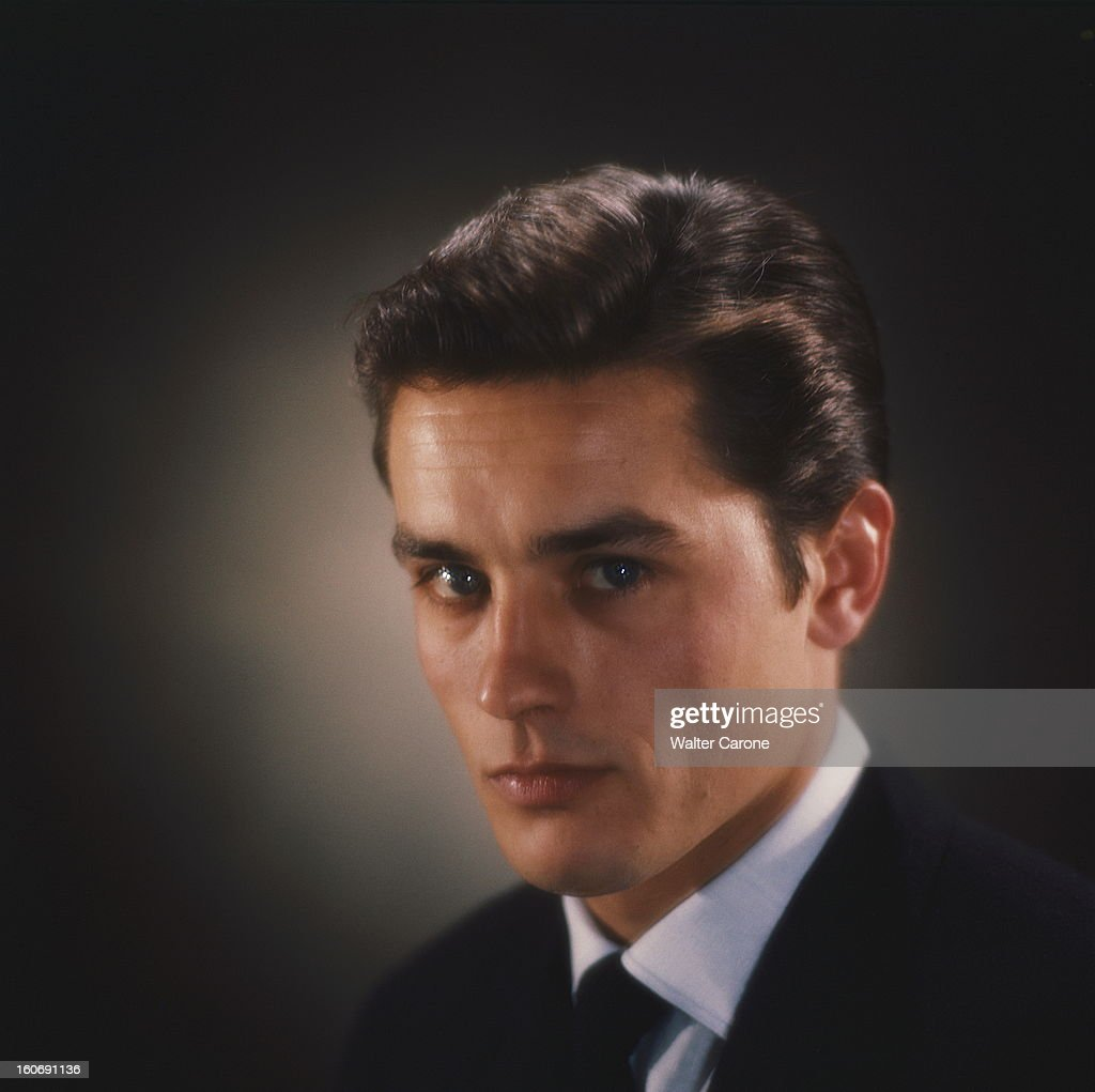 portrait d'Alain DELON de trois-quarts, en veste noire ...