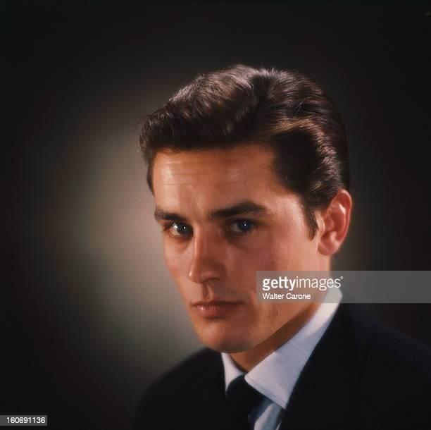 Closeup Of Alain Delon Photo studio portrait d'Alain DELON de troisquarts en veste noire chemise blanche et cravate noire