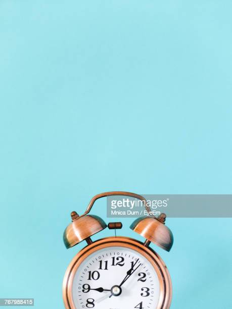 close-up of alarm clock against blue background - temps qui passe photos et images de collection