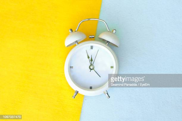 close-up of alarm clock on papers - countdown clock stock-fotos und bilder