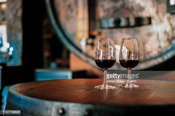 close-up of alcoholic drinks served on wooden table in restaurant - vin photos et images de collection