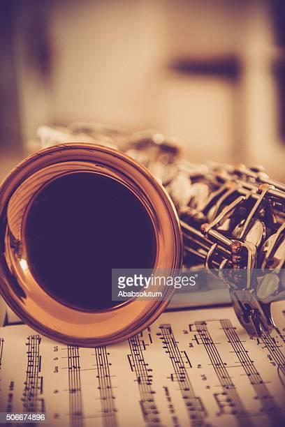 Gros plan de Saxophone Alto sur feuille de musique, des tons marron