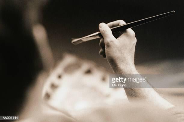 close-up of an artist holding a paintbrush - main noir et blanc photos et images de collection