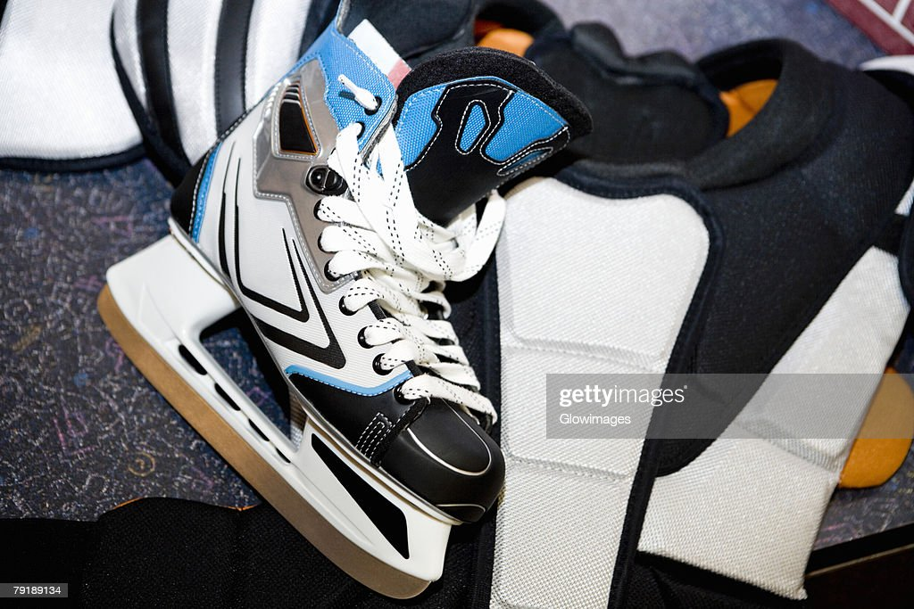 Close-up of an ice-skate with a chest protector : Foto de stock