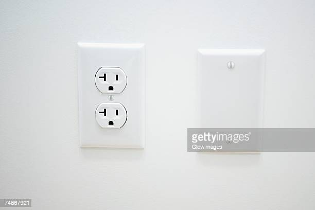 close-up of an outlet on a wall - tomada - fotografias e filmes do acervo