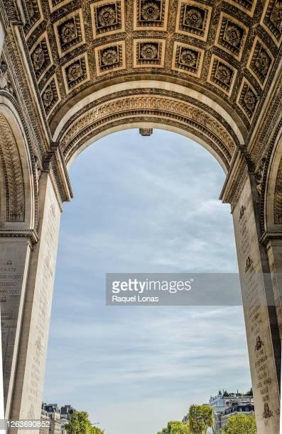 close-up of arc de triomphe, famous landmark in paris - 新古典派 ストックフォトと画像