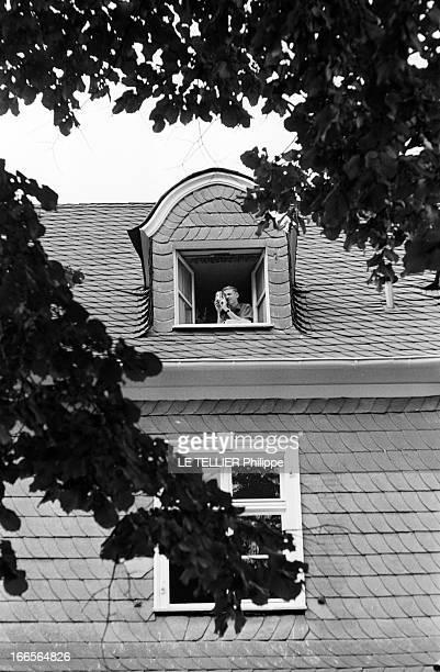 Close-Up Of Armin Hary. Cologne - septembre 1958 - L'athlète Armin HARY chez lui, une caméra dans les mains, filmant depuis la fenêtre de sa chambre...