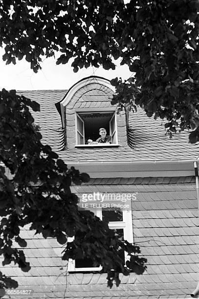 Close-Up Of Armin Hary. Cologne - septembre 1958 - L'athlète Armin HARY chez lui, une caméra dans les mains, posant à la fenêtre de sa chambre...