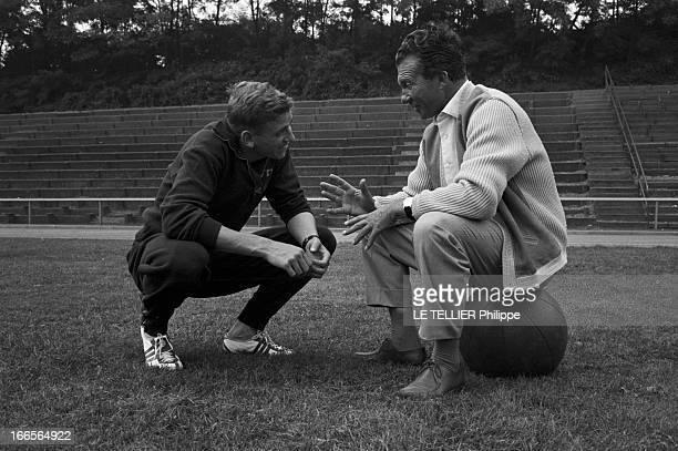 Close-Up Of Armin Hary. Cologne - septembre 1958 - Portrait de l'athlète Armin HARY en survêtement, accroupi sur la pelouse d'un stade, souriant face...