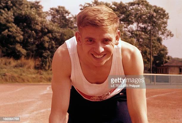 Close-Up Of Armin Hary. Cologne - septembre 1958 - Portrait du coureur Armin HARY sur une piste d'athlétisme, souriant, dans la position d'un départ...