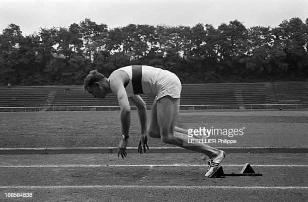 Close-Up Of Armin Hary. Cologne - septembre 1958 - Sur une piste d'athlètisme, Armin HARY de profil, s'entraînant au démarrage de course, son point...