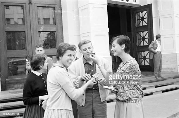Close-Up Of Armin Hary. Francfort - septembre 1958 - Portrait en extérieur de l'athlète Armin HARY en compagnie de trois jeunes femmes non...