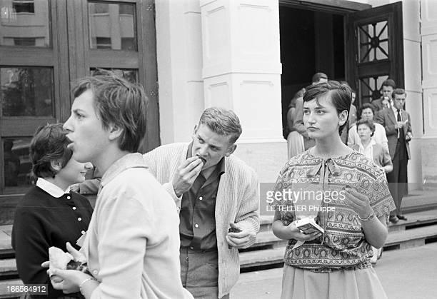 Close-Up Of Armin Hary. Francfort - septembre 1958 - Portrait en extérieur de l'athlète Armin HARY mangeant en compagnie de trois jeunes femmes non...