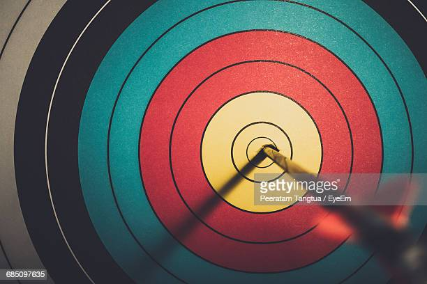 close-up of arrow in bulls eye - sports target stock photos and pictures