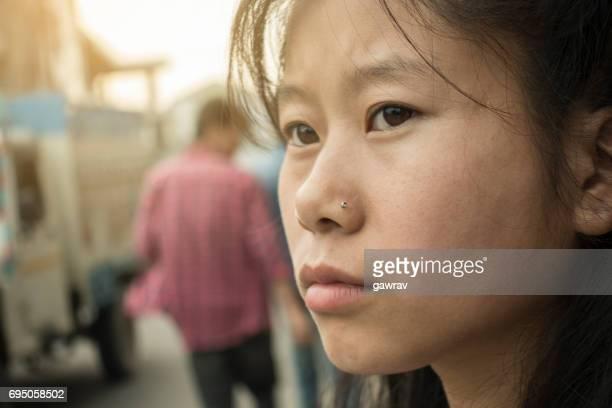 Närbild av Asiatisk tjej på gata.