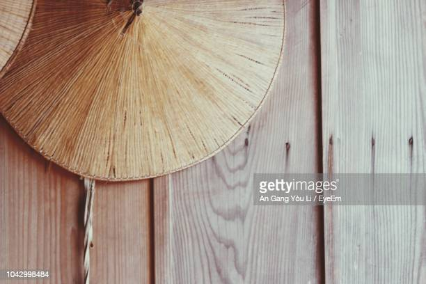 close-up of asian style conical hat on wooden wall - chapeau chinois photos et images de collection