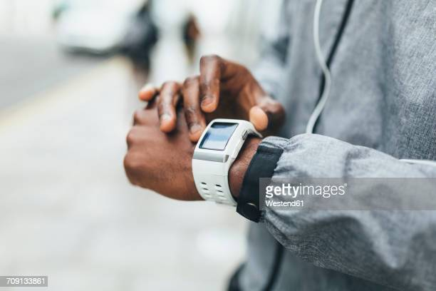 close-up of athlete using smartwatch - hands in her pants fotografías e imágenes de stock