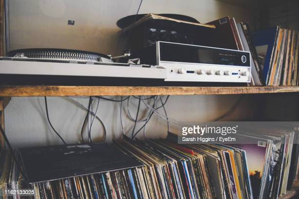 close-up of audio equipment on shelves at home - collection photos et images de collection