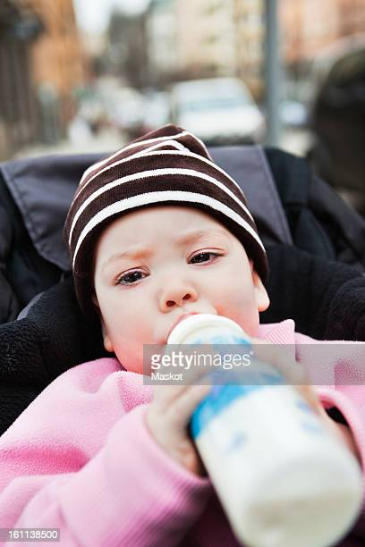 close-up of baby (0-11 months) holding feeding bottle - 0 11 monate stock-fotos und bilder