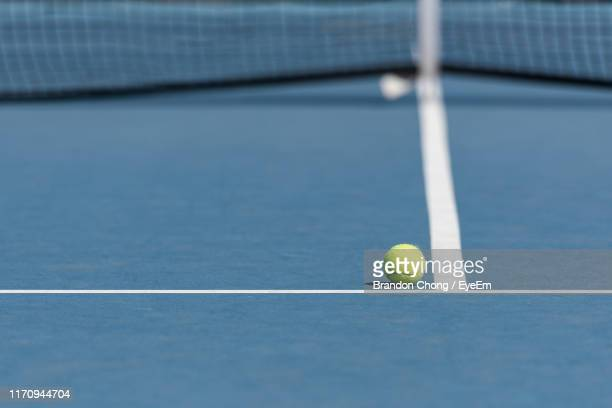 close-up of ball on tennis court - tennis stockfoto's en -beelden