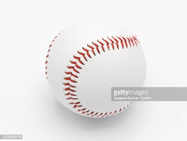 close-up of baseball ball on white background - beisebol - fotografias e filmes do acervo